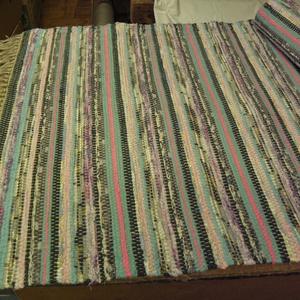 Tarka szőnyeg, sok zöld színnel., Otthon & Lakás, Lakástextil, Szőnyeg, Szövés, Kézi szövéssel készítettem ezt a rongyszőnyeget.\nTarka parasztszőnyeg, sok-sok zöld csíkkal.\nAnyaga:..., Meska