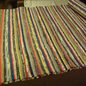 Tarka szőnyeg, sok pirossal., Otthon & Lakás, Lakástextil, Szőnyeg, Szövés, Nagyapámtól örökölt 200 éves szövőszékén készítettem ezt a rongyszőnyeget.\nTarka-barka anyagokat var..., Meska