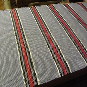 Világoskék szőnyeg, piros-fehér-fekete csíkokkal., Otthon & Lakás, Lakástextil, Szőnyeg, Szövés, Nagyapámtól örökölt szövőszéken készítettem ezt a rongyszőnyeget,\nVilágoskék az alapszín, fekete-feh..., Meska