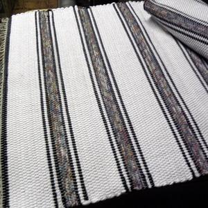 Fehér szőnyeg, mintás csíkokkal., Otthon & Lakás, Lakástextil, Szőnyeg, Szövés, Takács szövőszéken készítettem ezt a rongyszőnyeget.\nFehér az alapszín, a mintás csíkokat két sor fe..., Meska