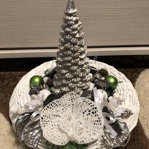 Téli világ, Karácsony & Mikulás, Karácsonyi dekoráció, Újrahasznosított alapanyagból készült termékek, Fonás (csuhé, gyékény, stb.), Papírfonással készült asztali díszem alapja. Közepén ezüstszínű, fenyő alakú gyertya díszíti. Körülö..., Meska