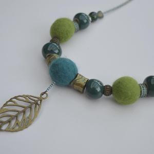 Kék-zöld nemezékszer, Ékszer, Nyaklánc, Elegáns hölgyek ékszere: kerámiagyönggyel, finom merinogyapjúból készült nemezgolyóval, fém- és üveg..., Meska