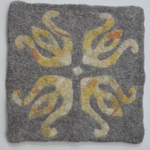 Nemezelt ülőlap 3., Otthon & Lakás, Lakástextil, Párna & Párnahuzat, Gyapjúból hagyományos szappanos-vizes nemezeléssel, kézzel gyúrt örök darab, mely egyedi színfolt a ..., Meska