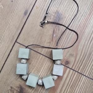 Kockasor, Ékszer, Nyaklánc, Medál nélküli nyaklánc, Speciális betonból készült nyaklánc. A betonkockák anyagukban vannak színezve. Száradás után lakkozv..., Meska