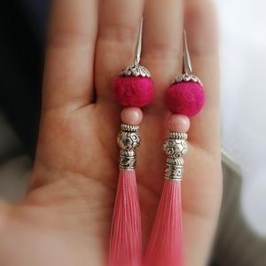 Rózsaszín nemez és fülbevaló , Ékszer, Fülbevaló, Lógós fülbevaló, Első nemezgolyóimból készült bojtos fülbevaló. KB 8cm hosszú. Élénk színe miatt feltűnő kiegészítő l..., Meska