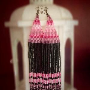 Pink Kilim hosszú fűzött gyöngy fülbevaló, Fülbevaló, Ékszer, Lógós fülbevaló, Ékszerkészítés, Gyöngyfűzés, gyöngyhímzés, Rózsaszín / fekete etnikai stílusú hosszú gyöngyfülbevaló - a nomád kilim szőnyegek ihlették.\nKiváló..., Meska