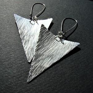 Háromszögek - kalapált ezüst fülbevaló, Ékszer, Fülbevaló, Ékszerkészítés, Fémmegmunkálás, Rézlemezből kivágott, háromszög formájú, kalapált, domborított, vastagon ezüstözött fülbevaló. \n\nHos..., Meska