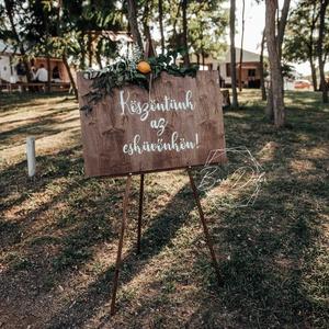 Esküvői köszöntő /welcome tábla, Esküvő, Dekoráció, Tábla & Jelzés, Mindenmás, 50x70 cm-es , fa esküvői köszöntő tábla. Köszöntünk az esküvőnkön! felirattal, de más szöveggel is k..., Meska