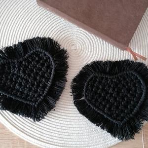 Fekete Makramé poháralátét, Otthon & Lakás, Dekoráció, Csomózás, Retwisst B.Barbante fonálból készült saját kezüleg makramé csomózó technikával.\nméret: 11x9 cm\nIdeál..., Meska
