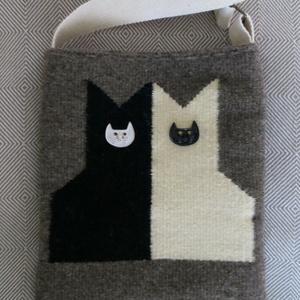 \'CICÁZÓK\' ellentétek vonzásában - kézzel szőtt puha gyapjú táska kerámia macskafej díszítéssel, Vállon átvethető táska, Kézitáska & válltáska, Táska & Tok, Szövés, Varrás, Macskamániások figyelem!\n\nFestetlen (természetes) szürke alapon fekete és fehér macska figurák cica ..., Meska