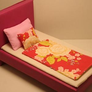 Barbie ágynemű virágos, Játék & Gyerek, Baba & babaház, Babaház, Ágynemű Barbie baba részére, pamutvászonból, vatelinnel töltve. Méretek: Paplan: 12,5 cm x 22,5 cm R..., Meska