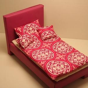 Barbie ágynemű pink fehér, Játék & Gyerek, Baba & babaház, Babaház, Ágynemű Barbie baba részére, pamutvászonból, vatelinnel töltve. Méretek: Paplan: 19 cm x 28 cm Nagyp..., Meska