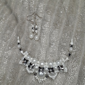 Fehér ezüst gyöngyös szett, Ékszer, Gyöngyfűzés, gyöngyhímzés, \nEgyedi fehér ezüst gyöngy nyaklánc, fülbevaló szett\nGyöngyfűzött szett.\nLimitált! Csak pár fajta sz..., Meska