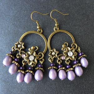 Garden Party - bronz fülbevaló , Lógós fülbevaló, Fülbevaló, Ékszer, Ékszerkészítés, Az antikolt bronz alapot lila üveg- és fagyöngyökkel egészítettem ki. Hossza: 6,5 cm. \n\n, Meska