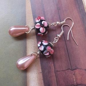 Marilla - lámpagyöngy fülbevaló, Lógós fülbevaló, Fülbevaló, Ékszer, Ékszerkészítés, Virágos, kézzel készült indiai lámpagyöngy és rózsaszín üveggyöngy csepp kombinációja. Hossza: 5 cm...., Meska