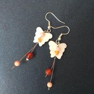Képzelet - köves fülbevaló, Lógós fülbevaló, Fülbevaló, Ékszer, Ékszerkészítés, Ehhez a fülbevalóhoz fehér gyöngyház pillangókat, rózsaszín korall és narancssárga karneol gyöngyöke..., Meska