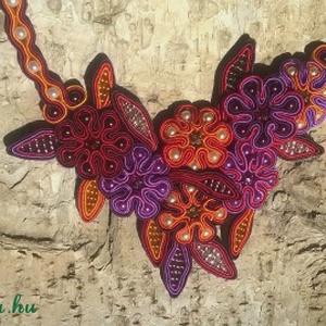 Virágos rét nyaklánc, Ékszer, Nyaklánc, Ékszerkészítés, Gyöngyfűzés, Sújtás technikával készítettem ezt a nyakláncot. Narancssárga árnyalatai, bordó, lila, piros színű ..., Meska