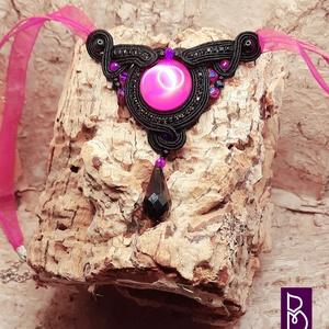 Fekete-pink sujtás nyaklánc, Ékszer, Nyaklánc, Gyöngyös nyaklác, Gyöngyfűzés, gyöngyhímzés, Sujtástechnikával készítettem ezt a vagány nyakláncot.\nMéretei:\n- medál 7 x 7 cm\n- lánc 18 - 18 cm +..., Meska
