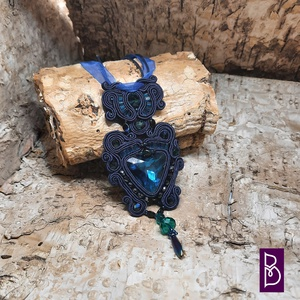 Türkiz-sötétkék sujtás nyaklánc, Ékszer, Nyaklánc, Medálos nyaklánc, Ékszerkészítés, Gyöngyfűzés, gyöngyhímzés, Sujtáschnikával készítettem ezt az elegáns nyakláncot.\nMéretei:\n- medál 5 x 12 cm\n- lánc 40 + 5 cm l..., Meska