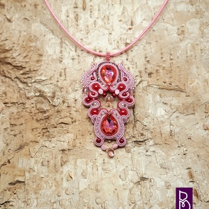 Rózsaszín sujtás nyaklánc, Ékszer, Nyaklánc, Gyöngyös nyaklác, Gyöngyfűzés, gyöngyhímzés, Ékszerkészítés, Sujtástechnikával készítettem ezt a nyakláncot.\nMéretek:\n- medál 5 x 9 cm\n- lánc 40 +5 cm lánchossza..., Meska