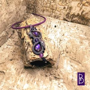 Lila sujtás nyaklánc, Ékszer, Nyaklánc, Gyöngyös nyaklác, Gyöngyfűzés, gyöngyhímzés, Sujtástechnikával készítettem ezt a kisebb méretű nyakláncot.\nMéretek:\n- medál 2,5 x 8 cm\n- lánc 40 ..., Meska