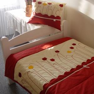 Tulipános ágytakaró, Lakberendezés, Otthon & lakás, Lakástextil, Takaró, ágytakaró, Varrás, Patchwork, foltvarrás, Pamutvászonból készült ágytakaró tulipánokkal díszítve. Takaró rétegei összetűzve.\nSzín és minta a m..., Meska