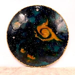 Zöld galaxis (üvegmandala), Dekoráció, Otthon & lakás, Kép, Lakberendezés, Falikép, Festészet, Üvegművészet, Kézzel vágott-csiszolt, 16 cm-es üveglapra festett mandala. \nKérhető nagyobb méretben is, az ár enne..., Meska