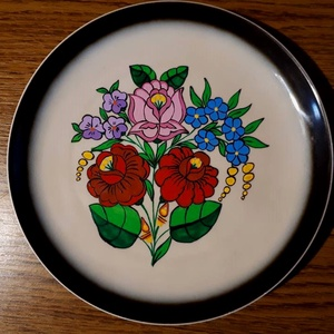 Kalocsai kézzel festett tányér ., Otthon & Lakás, Kínálótál, Konyhafelszerelés, Szabad kézzel festem ,eredeti kalocsai minta alapján . Száradás után ki égetem ,mosogató gépben moso..., Meska
