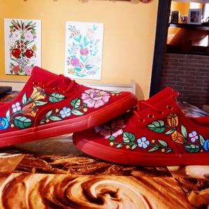 Kalocsai kézzel festett vászon cipő ., Magyar motívumokkal, Táska, Divat & Szépség, Cipő, papucs, Festett tárgyak, Szabad kézzel festem ,eredeti kalocsai minta alapján .\nMosógépben mosható .\n38 -as méret .\nVan 37 -e..., Meska