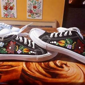 Kalocsai kézzel festett cipő ., Ruha & Divat, Cipő, Cipő & Papucs, Szabad kézzel festem ,eredeti kalocsai minta alapján . Száradás után vasalással fixálom . Mosógépben..., Meska