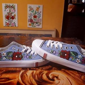 Kalocsai kézzel festett cipő ., Magyar motívumokkal, Táska, Divat & Szépség, Cipő, papucs, Festett tárgyak, Szabad kézzel festem ,eredeti kalocsai minta alapján .\nSzáradás után vasalással fixálom .\nMosógépben..., Meska