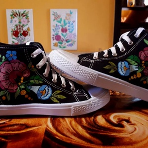 Kalocsai kézzel festett cipő ., Cipő, Cipő & Papucs, Ruha & Divat, Festett tárgyak, Szabad kézzel festem ,eredeti kalocsai minta alapján .\nSzáradás után vasalással fixálom .\nMosógépben..., Meska