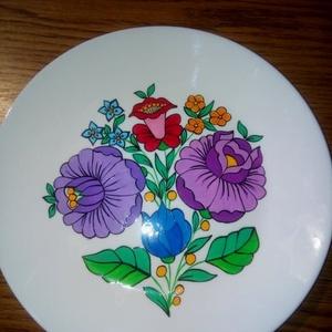 Kalocsai kézzel festett porcelán tányér ., Otthon & Lakás, Konyhai dísz, Konyhafelszerelés, Szabad kézzel festem ,eredeti kalocsai minta alapján . Ki égetem ,mosogatható . Mérete : 25 cm ...., Meska