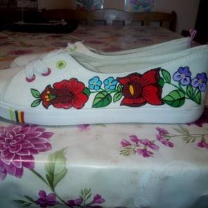 Kalocsai kézzel festett cipő ., Táska, Divat & Szépség, Cipő, papucs, Magyar motívumokkal, Festett tárgyak, Szabad kézzel festem ,eredeti kalocsai minta alapján .\nA cipő mosógépben mosható ,\nMérete : 39-es .\n..., Meska