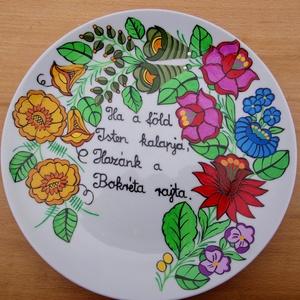 Kalocsai kézzel festett tányér ,álldásal ., Konyhai dísz, Konyhafelszerelés, Otthon & Lakás, Festett tárgyak, Szabad kézzel festem ,eredeti kalocsai minta alapján .\nKi égetem ,Akasztóval el van látva .\nMérete :..., Meska