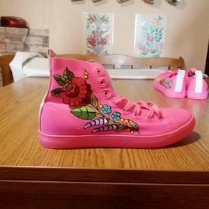 Kalocsai kézzel festett cipő ., Táska, Divat & Szépség, Cipő, papucs, Magyar motívumokkal, Festett tárgyak, Szabad kézzel festem ,eredeti kalocsai minta alapján .\nMosógépben mosható .\nMérete :39 -es .Csak ebb..., Meska