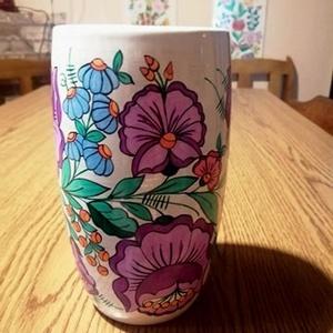 Kalocsai kézzel festett porcelán váza ., Otthon & Lakás, Dekoráció, Szabad kézzel festem ,eredeti kalocsai minta alapján . A kék 18 cm magas ,a fehér 19 cm magas ., Meska