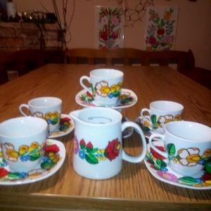 Kalocsai kézzel festett porcelán kávés készlet 6 db ., Otthon & Lakás, Konyhafelszerelés, Bögre & Csésze, Szabad kézzel festem ,eredeti kalocsai minta alapján . Száradás után ki égetem ,mosogatható ., Meska