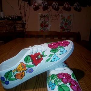 Kalocsai kézzel festett cipő , Ruha & Divat, Cipő & Papucs, Cipő, Szabad kézzel festem ,eredeti kalocsai minta alapján . Mosogépben mosható . Mérete :41 -es ., Meska