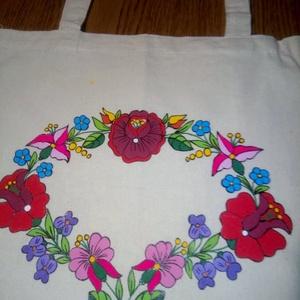 Kalocsai kézzel festett vászón táska ., Táska & Tok, Kézitáska & válltáska, Kézitáska, Szabad kézzel festem ,eredeti kalocsai minta alapján . Mosható . Mérete :33 × 39 cm  , Meska