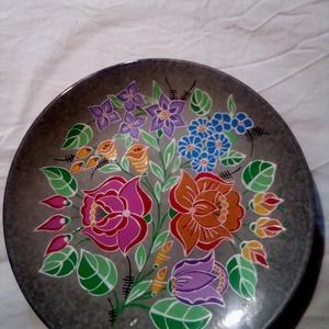 Kalocsai kézzel festett kis tányér ., Otthon & Lakás, Dekoráció, Szabad kézzel festem ,eredeti kalocsai minta alapján . Sütöben ki égetem ,igy tartós . Mérete :21 cm..., Meska