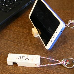 Kulcs- és telefontartó egyben egyedi gravírozott felirattal, Kulcstartó, Kulcstartó & Táskadísz, Táska & Tok, Famegmunkálás, Gravírozás, pirográfia, Kulcs- és telefontartó egyben, egyedi gravírozott felirattal. \nRendelj többet családodnak a saját ne..., Meska
