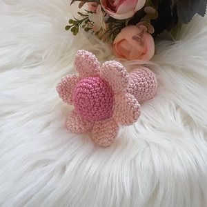 Horgolt virág csörgő, Játék & Gyerek, 3 éves kor alattiaknak, Csörgő, Horgolás, Igazi lányos ajándék ez a pamut fonalból készült virág formájú csörgő. Nagyon jól illeszkedik a legk..., Meska