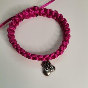 Cherry pink, Ékszer, Karkötő, Karkötő medállal, Fonás (csuhé, gyékény, stb.), Cseresznye medállal rendelkező karkötő. Rózsaszínben. Állítható méretben. A termék saját kézzel kész..., Meska