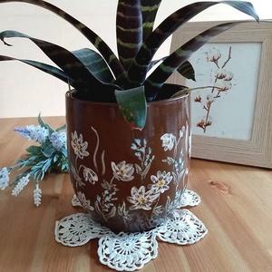 Csokoládébarna virágos kaspó, Otthon & Lakás, Dekoráció, Virágtartó, Kerámia, Festészet, Csokoládébarna agyagból korongoztam ezt a kaspót, majd fehér és türkiz virágokat festettem rá. Magas..., Meska