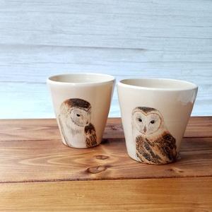 Gyöngybaglyos pohár párban, Otthon & Lakás, Konyhafelszerelés, Pohár, Kerámia, Festészet, Kézzel korongozott és festett kb 2 dl-es poharak párban. Használhatod a konyhában, fürdőszobában, ce..., Meska