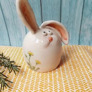 Húsvéti nyúl a pitypangos rétről, Otthon & Lakás, Dekoráció, Asztaldísz, Festett tárgyak, Kerámia, Vidám, tavaszi dekoráció ez a korongozott, kézzel festett nyuszi a húsvéti asztalodra. Kb 10 cm maga..., Meska