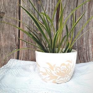 Kaspó pünkösdi rózsával, Otthon & Lakás, Dekoráció, Virágtartó, Festett tárgyak, Kerámia, Különleges technikával díszítettem ezt a korongozott, fehér mázas kaspót. A virág mintáját a kiégete..., Meska