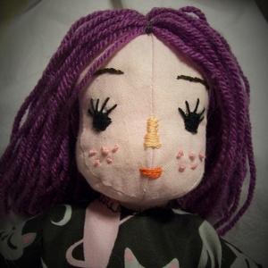 """Öltöztetős textilbaba hímzett arccal, Játék, Gyerek & játék, Plüssállat, rongyjáték, Egyéb, Baba-és bábkészítés, Hímzés, Ezt a babát \""""játszós\"""" babának készítettem. Teste textilből van varrva, kézzel és géppel. Arca hímzet..., Meska"""