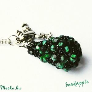 Békalencse, Ékszer, Nyaklánc, Gyöngyös nyaklác,  Egy nagyon érdekes, zöld-fekete színű csiszolt gyöngyből fűztem ezt a csepp alakú medált, mely pont..., Meska
